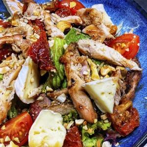 Салат с куриным филе и сыром бри